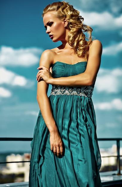 Młody Seksowny Blond Kobieta Model W Wieczór Sukni Pozuje Na Niebieskim Niebie Darmowe Zdjęcia