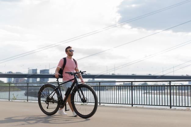 Młody sporta mężczyzna na bicyklu w europejskim mieście. sport w środowisku miejskim. Darmowe Zdjęcia