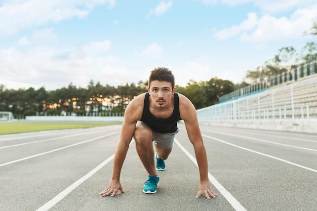 Młody Sportowiec Jest Gotowy Do Biegania Rano Na świeżym Powietrzu. Darmowe Zdjęcia