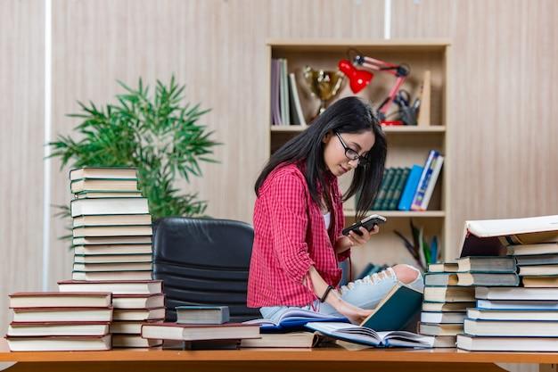 Młody Studentka Przygotowuje Się Do Egzaminów Szkolnych Uczelni Premium Zdjęcia