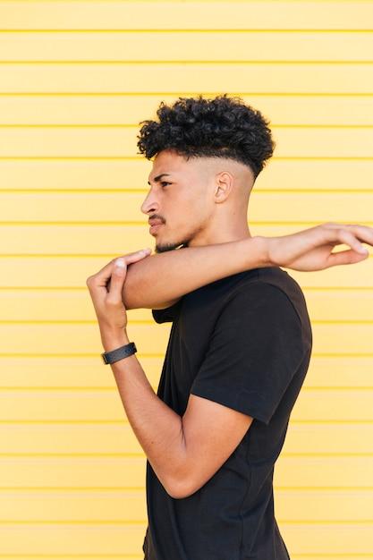 Młody stylowy czarny mężczyzna rozgrzewka Darmowe Zdjęcia