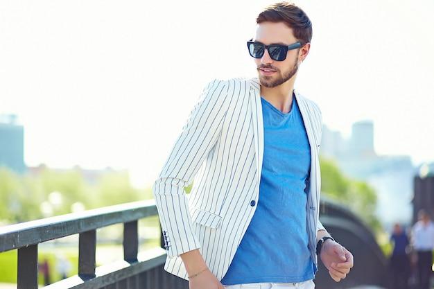 Młody Stylowy Pewnie Szczęśliwy Przystojny Biznesmen Model W Kolorze Hipster Tkaniny Styl życia Na Ulicy Darmowe Zdjęcia