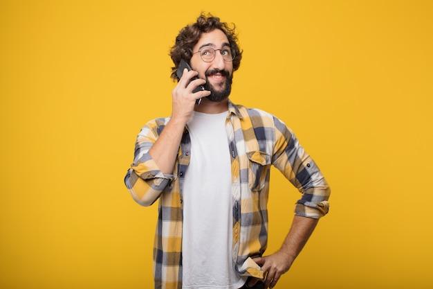 Młody Szalony Szalony Człowiek Pozie Z Inteligentny Telefon Komórkowy Premium Zdjęcia