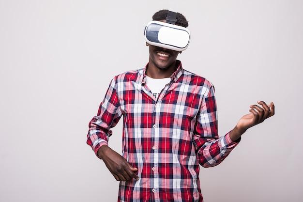 Młody Szczęśliwy I Podekscytowany Afro-amerykański Mężczyzna W Okularach Wirtualnej Rzeczywistości Vr 360, Ciesząc Się Grą Wideo Darmowe Zdjęcia