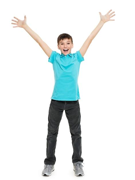 Młody Szczęśliwy Teen Chłopiec Zw Przypadkowych Z Podniesionymi Rękami Do Góry Na Białym Tle. Darmowe Zdjęcia