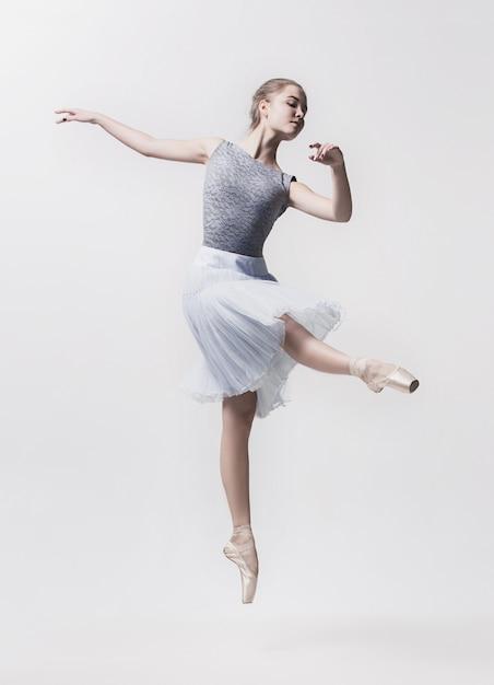 Młody Tancerz Klasyczny Na Białym Tle. Darmowe Zdjęcia