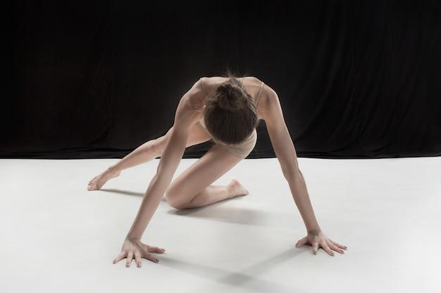 Młody Tancerz Nastolatek Taniec Na Tle Studio Białym Piętrze. Projekt Ballerina. Darmowe Zdjęcia