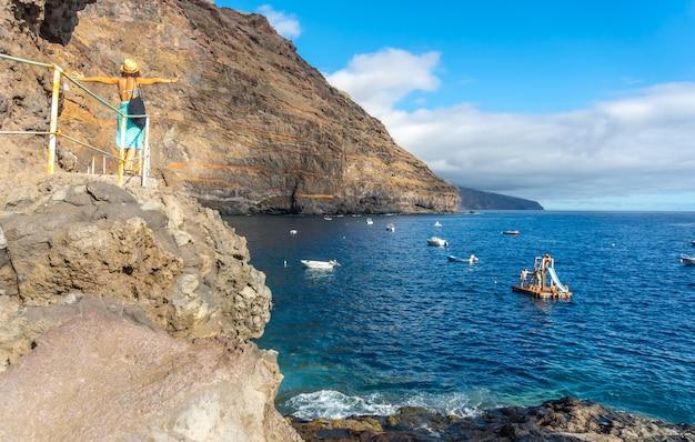 Młody Turysta Latem Z Punktu Widzenia Spoglądający I Cieszący Się Zatoką Puerto De Puntagorda, Wyspa La Palma, Wyspy Kanaryjskie. Hiszpania Premium Zdjęcia