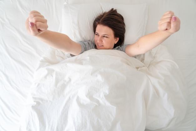 Młody Wamam Snuje Się Po łóżku Po łóżku Premium Zdjęcia