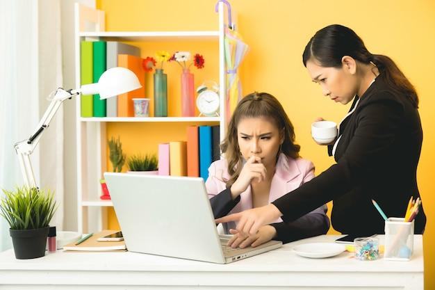 Młodych przedsiębiorców rozmawiać na czacie w biurze Darmowe Zdjęcia