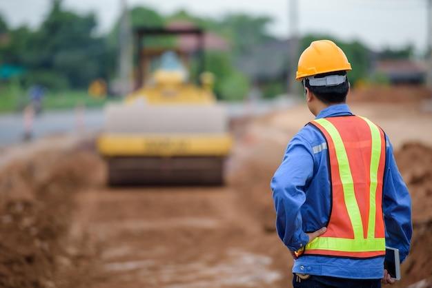 Młodzi Azjatyccy Inżynierowie Nadzorują Budowę Dróg I Kontrolują Je Na Placach Budowy. Premium Zdjęcia