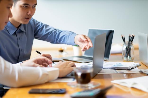 Młodzi biznesmeni startupów pracy zespołowej burza mózgów Premium Zdjęcia