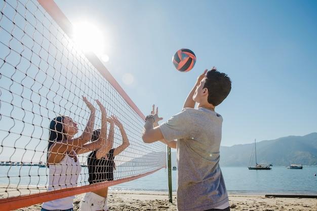 Młodzi chłopcy grają voley na plaży Darmowe Zdjęcia