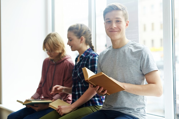 Młodzi Czytelnicy Na Uniwersytecie Darmowe Zdjęcia