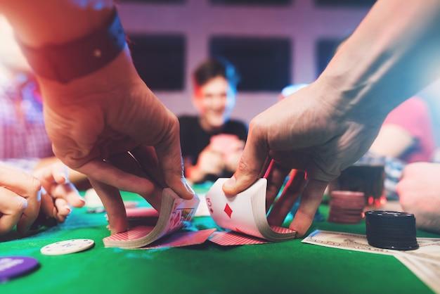 Młodzi Ludzie Grają W Pokera Z Alkoholem Premium Zdjęcia