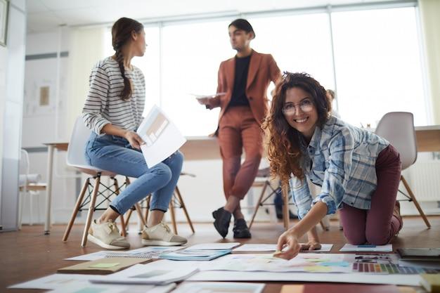 Młodzi Ludzie Planujący Projekt Biznesowy Na Podłodze Premium Zdjęcia