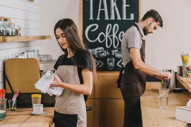 Młodzi Ludzie Pracujący W Kawiarni Darmowe Zdjęcia