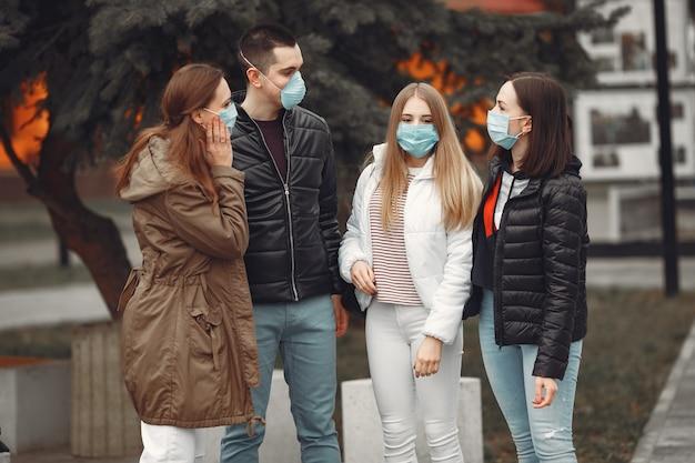 Młodzi Ludzie Rozkładają Jednorazowe Maski Na Zewnątrz Darmowe Zdjęcia