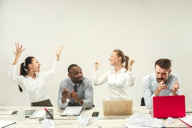 Młodzi Mężczyźni I Kobiety Siedzą W Biurze I Pracują Na Laptopach. Koncepcja Emocji Darmowe Zdjęcia