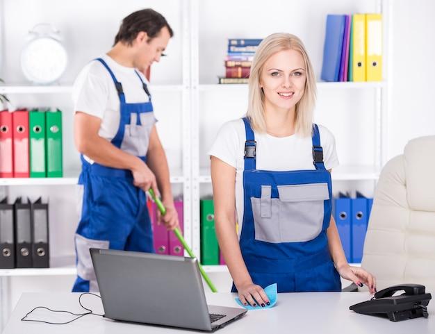 Młodzi Profesjonaliści Sprzątający Sprzątają Biuro. Premium Zdjęcia