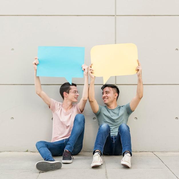 Młodzi Przyjaciele Trzyma Kolorowych Mowa Bąble Darmowe Zdjęcia