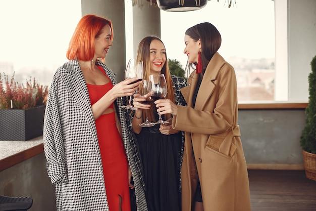 Młodzi Roześmiany Przyjaciele Picie Wina Różowego Ze Szkła Na Zewnątrz Darmowe Zdjęcia