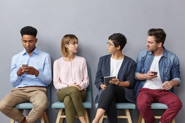 Młodzi, Utalentowani Przedsiębiorcy Dyskutują, Siadają Na Krzesłach W Kolejce Darmowe Zdjęcia
