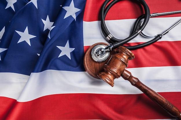 Młotek I Stetoskop Na Flagi Narodowej Usa. Koncepcja Medycyny Sądowej. Sądowa Praktyka Lekarska Premium Zdjęcia