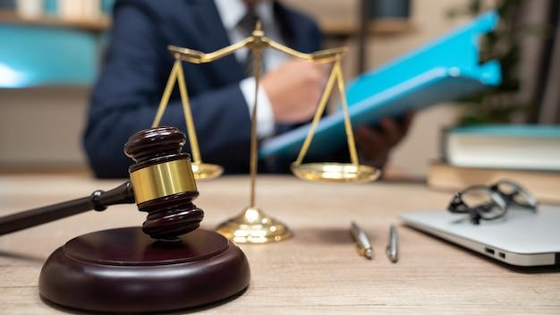 Młotek Na Stole. Adwokat Pracujący W Sali Sądowej. Premium Zdjęcia