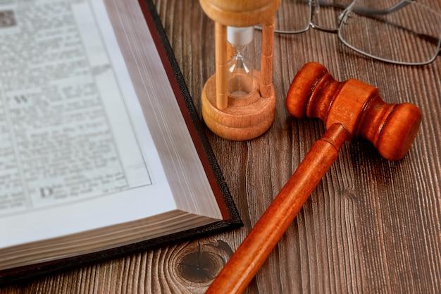 Młotek Sędziego, Kancelaria Adwokacka Prawo I Sprawiedliwość Otwarta Książka Prawa Ze Stołem W Sali Sądowej Lub W Biurze Organów ścigania Symbol Sprawiedliwości Premium Zdjęcia