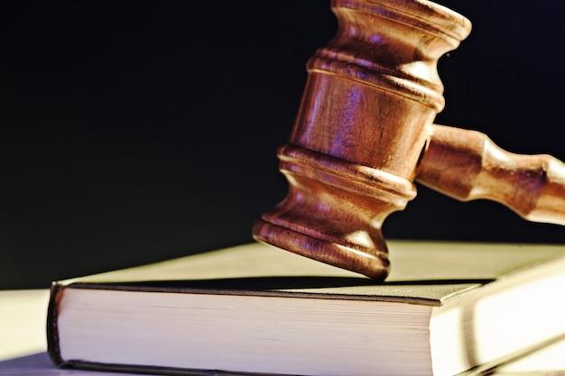 Młotek Sędziego Na Czarnym Tle Premium Zdjęcia