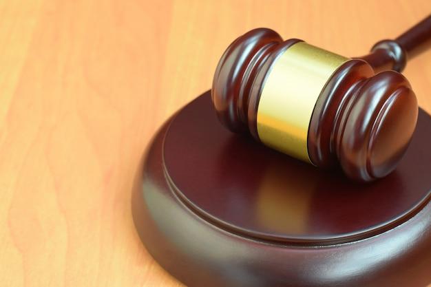 Młotek Sprawiedliwości Na Drewniane Biurko W Sali Sądowej Podczas Procesu Sądowego. Pojęcie Prawa I Pusta Przestrzeń Dla Tekstu. Sędzia Młotek Premium Zdjęcia