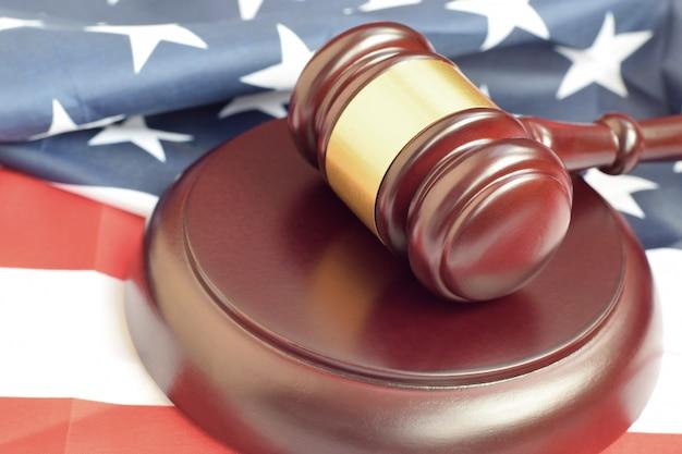 Młotek Sprawiedliwości Na Flagę Stanów Zjednoczonych W Sali Sądowej Podczas Procesu Sądowego. Pojęcie Prawa I Puste Miejsce. Sędzia Młotek Premium Zdjęcia