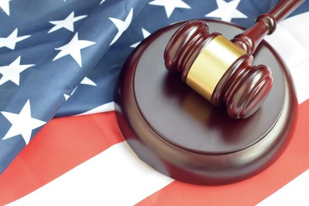 Młotek Sprawiedliwości Na Flagę Stanów Zjednoczonych W Sali Sądowej Podczas Procesu Sądowego Premium Zdjęcia