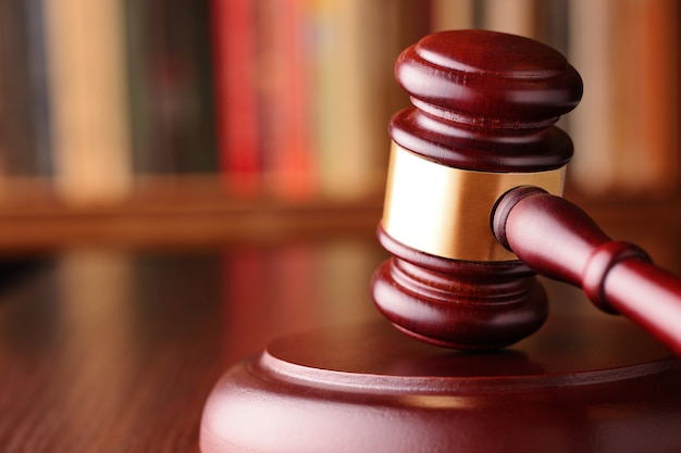 Młotek, symbol orzeczeń sądowych i sprawiedliwości Premium Zdjęcia
