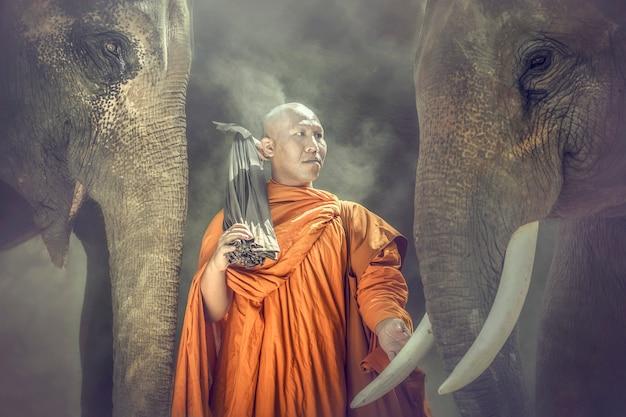 Mnisi buddyjscy stoją kość słoniową i współczują Premium Zdjęcia