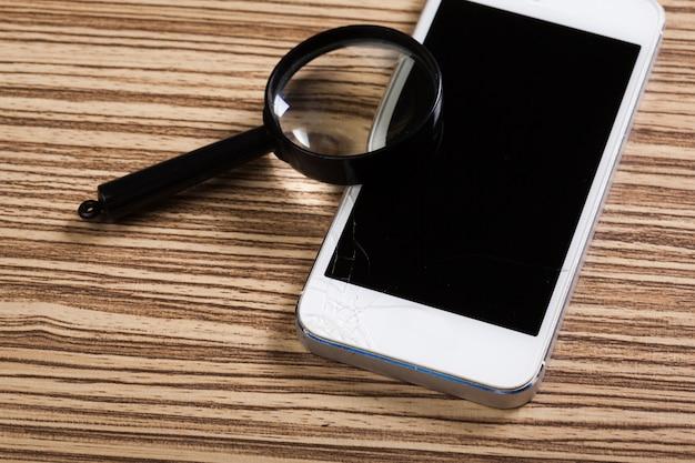 Mobilny smartfon, lupa. widok z góry. Premium Zdjęcia