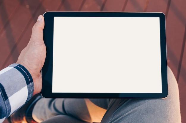 Mockup ekran tabletu, człowiek przy użyciu komputera typu tablet, a stand relaks z clipping path na sc Premium Zdjęcia