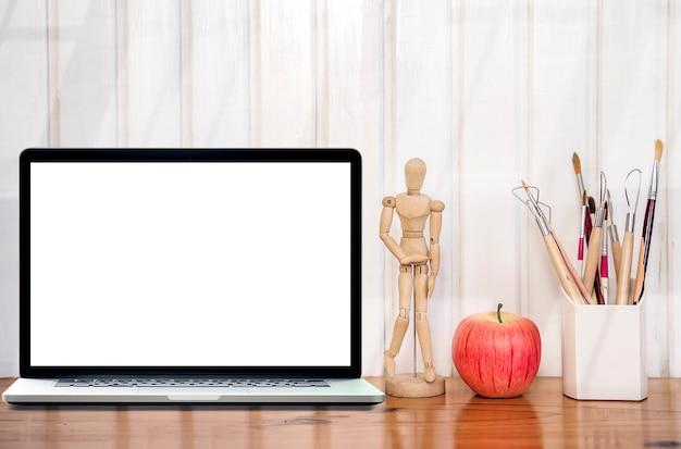 Mockup laptop z pustym ekranem na drewnianym stole i białej drewnianej ścianie. Premium Zdjęcia