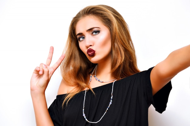 Moda Glamour Portret Szalonej Kobiety łupu, Czarna Sukienka, Wieczorowy Makijaż Grunge, Ciemna Szminka, Biała ściana, Flash. Darmowe Zdjęcia