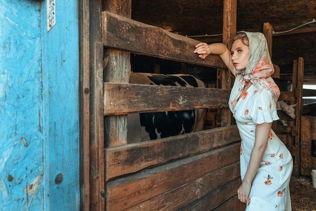 Moda Kobieta W Stodole, Na Farmie Premium Zdjęcia