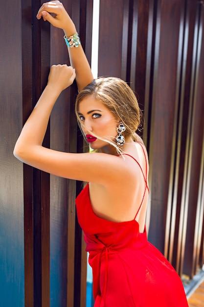 Moda Lato Luksusowy Portret Pięknej Kobiety Pozowanie W Pobliżu ściany Darmowe Zdjęcia