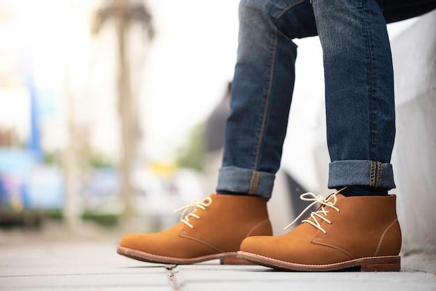 Moda Mężczyzna Nosi Dżinsy I Brązowe Buty Premium Zdjęcia