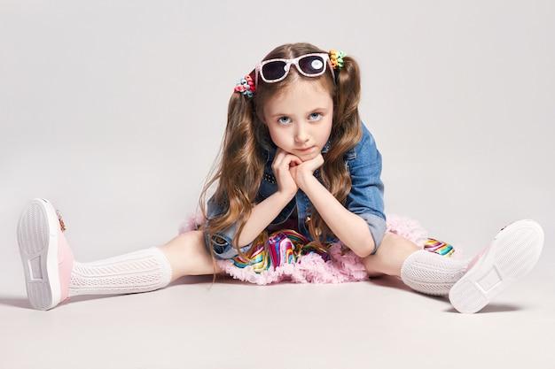 Moda Nieszczęśliwa Zamyślona Rudowłosa Dziewczyna Premium Zdjęcia