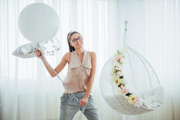 Moda piękna kobieta z balonami. dziewczyna pozuje Premium Zdjęcia