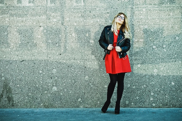 Moda Piękny Portret Kobiety Hipster W Stylowy Strój Dorywczo Lato Pozowanie Na ścianie. Premium Zdjęcia