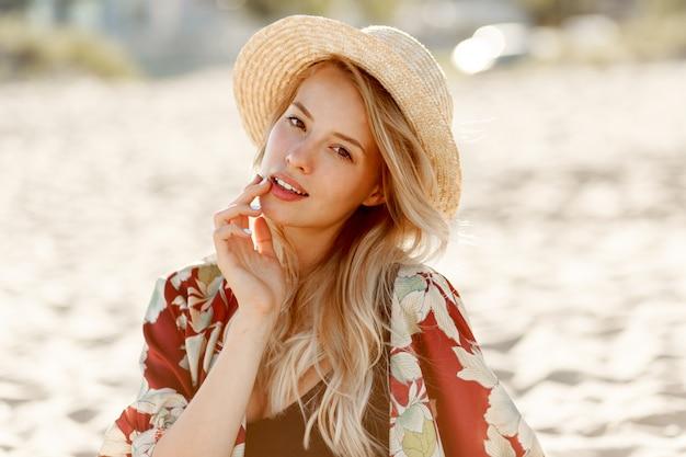 Moda Piękny Portret Pięknej Blond Kobiety Z Naturalnego Makijażu, Odpoczynek Na Słonecznej Plaży. Noszenie Słomkowego Kapelusza. Wakacje I Wakacyjny Nastrój. Darmowe Zdjęcia