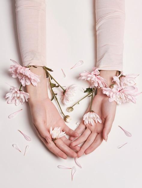 Moda Portret Kobiety W Letniej Sukience I Kwiaty W Dłoni Z Jasnym Kontrastowym Makijażem. Premium Zdjęcia