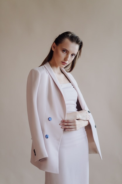 Moda portret młodej eleganckiej kobiety Darmowe Zdjęcia