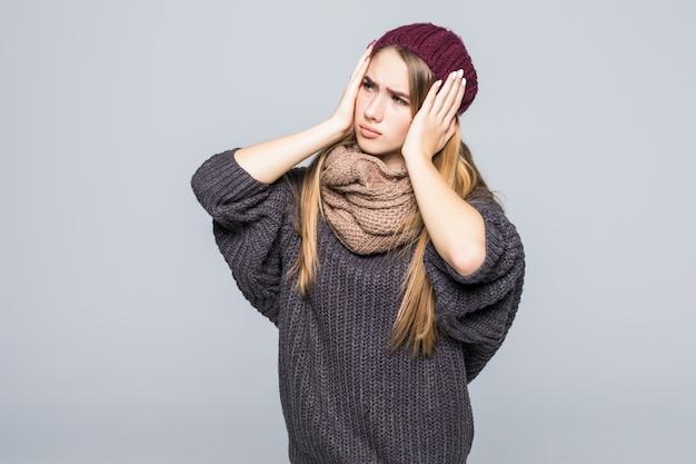 Moda Ubrana Młoda Modelka Ma Ból Głowy I Brzucha Na Szaro Darmowe Zdjęcia